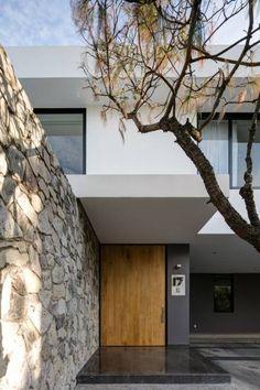 minimalistic wooden door modern houses by Trama Arquitectos. Front Door Design, Facade House, Modern House Design, Modern Houses, Wooden Doors, Entrance, Garage Doors, Minimalist, Building