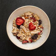 Wieder da! Ein sommerlich-fruchtiges Müsli mit Kirschen, Erdbeeren, Orangen und Mango. Der frische Geschmack dieser Mischung macht das sonnige Sommer-Frühstück perfekt. #shopmuesliat #sommertraum #breakfast #frühstück #müsli #summerdream #erdbeeren🍓 #kirschen #mango #orange Acai Bowl, Mango, Food, Strawberries, Fresh, Summer Recipes, Food Food, Manga, Essen