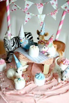 gorgeous birthday cake idea with animals party animals - not hard to do for little girls party Party Animals, Animal Party, Animal Birthday, Girl Birthday, Cake Birthday, Coco Rose Diaries, Festa Party, Birthday Cake Decorating, Childrens Party