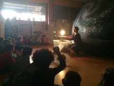 Actividad planetario en la escuela. Una actividad para conocer el espacio en el colegio. Taller escolar planetarium en el colegio.