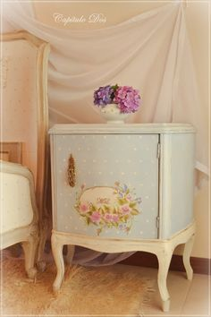 58 ideas for upcycled furniture shabby chic antiques Decoupage Furniture, Refurbished Furniture, Recycled Furniture, Art Furniture, Shabby Chic Furniture, Furniture Projects, Shabby Chic Decor, Furniture Makeover, Vintage Furniture