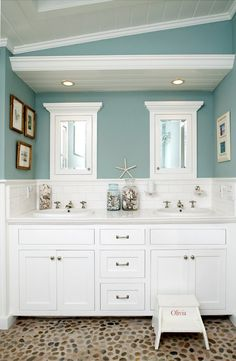 Everything about this bathroom makes me think of the beach! I love the paint, the cabinets and the flooring! #beachdecor