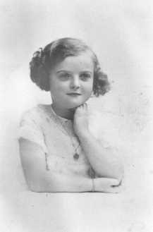 Jacqueline Morgenstern, 7 anos de idade, mais tarde uma vítima de experiências médicas com tuberculose no campo de concentração de Neuengamme. Ela foi assassinada pouco antes da libertação do campo. Paris, França, 1940.