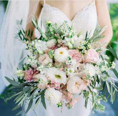 Todo lo que debes saber del Bouquet de Novia – ¿Cómo elijo el bouquet perfecto? El ramo de novia, Significados del ramo de novia, Consejos para elegir el ramo, ¿Cuál es la diferencia entre ramo y Bouquet? Floral Wreath, Wreaths, Beautiful, Wedding Dresses, Fashion, Queen Cleopatra, Rose Petals, Bouquet Of Roses, Mariage