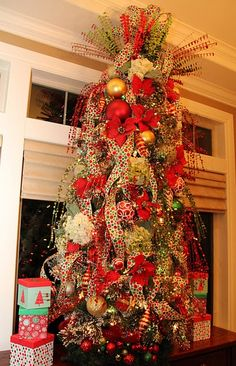 Spaces Christmas Tree Design, Pictures, Remodel, Decor and Ideas - page 37 Christmas Tree Decorating Tips, Christmas Signs Wood, Christmas Tree Design, Beautiful Christmas Trees, Christmas Tree Themes, Holiday Tree, Christmas Love, Rustic Christmas, Christmas Tree Decorations