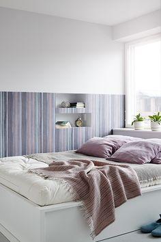 Verso-talossa vanhempien makuuhuoneessa makuuhuoneessa Duett-tapetti Flow Myytti ja maalina Ässä 4, vaalea sävy F488, vaatehuone: Ässä 4-maali, violetti sävy K426. #tikkurila #asuntomessut #asuntomessut2015 #tikkuriladuett #duett #makuuhuone #bedroom #watercolor #tapetti #wallpaper