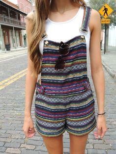 Un estampado típico súper ~cool~ y una camiseta blanca. | 18 Looks ideales para las chicas que quieren usar overoles