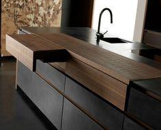 îlot de cuisine en bois massif avec tiroirs intégrés, carrelage sol assorti et mitigeur évier en acier chromé