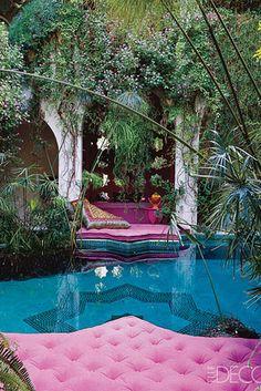Una cama original sobre la piscina. El descanso perfecto tras el baño ;)