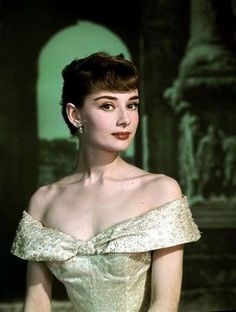"summers-in-hollywood: ""Audrey Hepburn for Roman Holiday, 1953 "" Style Audrey Hepburn, Audrey Hepburn Roman Holiday, Audrey Hepburn Photos, Audrey Hepburn Makeup, Audrey Hepburn Fashion, Audrey Hepburn Givenchy, Audrey Hepburn Wallpaper, Aubrey Hepburn, Old Hollywood"