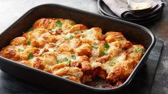 Barbecue Chicken Bubble Up Bake - This bubble-up bake — featuring barbecue chicken, cheese and biscuits —is bound to be a hit. Chicken Casserole, Casserole Recipes, Hamburger Casserole, Pizza Casserole, Quiche Recipes, 5 Ingredient Dinners, Barbecue Chicken, Boneless Chicken, Grilled Chicken