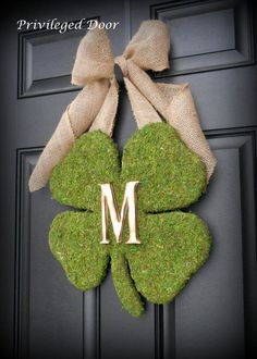 Make your St Patty's day party epic with easy DIY St Patrick's Day party decor ideas. From wreaths to center pieces these ideas will make your party a blast St Patrick's Day Crafts, Holiday Crafts, Diy And Crafts, Saint Patrick's Day, St. Patricks Day, Saint Patricks, Diy St Patricks Day Decor, St Patrick's Day Decorations, Monogram Wreath