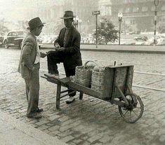 1952 - Vendedor de frutas na rua Formosa, no vale do Anhangabaú.