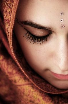 Portrait Photography - Get in close We Are The World, People Of The World, Cover Wattpad, Make Up Designs, Exotic Beauties, Professional Makeup Artist, Bindi, World Cultures, Muslim Women