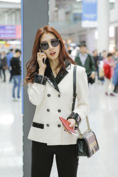 Park Shin Hye in chic Chanel airport fashion.