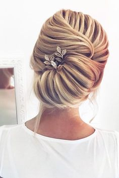 Awesome 35 Elegant Wedding Hairstyles Ideas For Medium Hair. More at https://trendfashionist.com/2018/02/01/35-elegant-wedding-hairstyles-ideas-medium-hair/