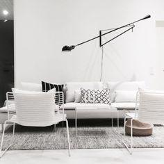 Musta Flos 265 seinävalaisin ottaa tilan haltuun ja tuo kontrastia valkoisille huonekaluille.