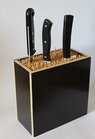 Genialer Messerblock aus Holz, für jede Art von Messer. Bestückt ist der Messerblock mit Schaschlikspießen, die die Messerschneiden sehr gut schützen. DIY-Idee