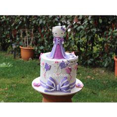 GünaydınHello Kitty wishes you a happy Wednesday Münife ismini duyunca çok heyecanlandım, çünkü benim de anneanneciğimin ismiydi.  Münife Kayra 4 yaşında  Hello Kitty's dress was designed by @cakesbyangelamorrison ☺#hellokitty #hellokittylover #butikpasta  #fondantcake #kişiyeözelpasta #reposteria #instacake #cakeoftheday #cakestagram #cakedecoration #cakedesign #sugarcake #cakeart #fondant #sugarcraft #edibleart #decoratedcake #ideiasdebolosdocesedelicias #sanrio #japanesecat #catlover