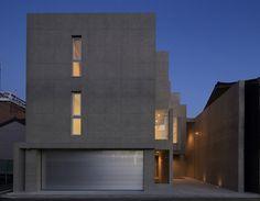 設計者:川嶌 守さん 「デザイナーズ」と呼ばれる家やマンションの多くは、コンクリート打ちっぱなしであるかもしれません。 木造の家と違い、大空間が作れるというポイントがそのメリットとして挙げられるコンクリート打ちっぱなし住宅。 また、「防音」の面でも、その性能は木造の比ではありません。 二階で子供が走り回っても外部では全く気付かないほど、防音性に長けています。 更には、木造では実現できない「耐火性」も特徴です。 「デザイン性」だけでなく、この「大空間」「防音」「耐火性」の面から、このコンクリート打ちっぱなし住宅を希望される方も多いのではないのでしょうか。 ですが、メリットにはデメリットも付いてきます。 この「コンクリート打ちっぱなし住宅のデメリット」とはどういったものがあるのでしょうか。 メリット・デメリットをピックアップしてみます。 1.コンクリート打ちっ放し住宅のメリット 1-1.デザイン性 木造や鉄骨の家と異なり、形状を自由に造れるのがコンクリートの家です。… Minimal Architecture, Architecture Design, 900 Sq Ft House, Traditional Japanese House, Compact House, Garage House, Modern House Design, House Rooms, Building Design
