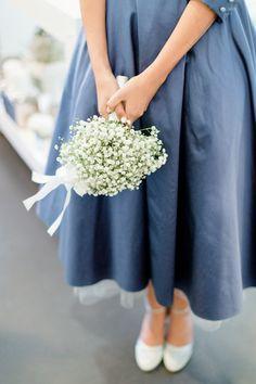 runder Brautstrauss aus weißem Schleierkraut passend zum blauen tea-länge Brautkleid mit hellblauem Petticoat  (http://www.noni-mode.de)