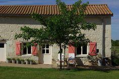 Op de grens van de departementen Indre et Loire en Vienne bevindt zich Domaine Les Fontaines, een oude boerderij met ruim 4 hectare landerijen, omgetoverd tot één van de leukste en gezelligste auberges van de Touraine. Een plek waar je thuis komt in Frankrijk. Domaine Les Fontaines is gesitueerd op een prachtige, rustige plek temidden van akkers, bossen, boomgaarden en wijnvelden. Het beschikt over vijf charmante familiekamers, een heerlijk zwembad met echte lounge-bedden.
