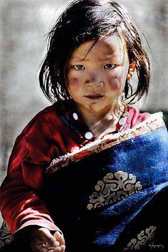 Portraits de tibétains(es) - Gens du pays du Tibet. Le Tibet n'est pas la Chine. La Chine a envahis le Tibet en toute illégalité et exécuté un génocide sur le peuple tibétain. #DroitsDeL'Homme Sauvons le Tibet.