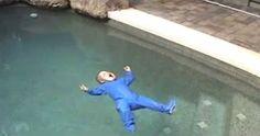 Este bebé cae en la piscina. Pero en lugar de hundirse sucede algo increíble #viral