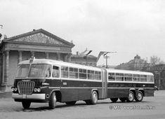 Budapest, 1961. március 30. A Fővárosi Autóbuszüzem Főműhelyének dolgozói április 4-e tiszteletére új típusú csuklós autóbuszt konstruáltak, amely két IX 19620-as típusú kocsiból készült, és mind a négy kereke kormányozható. Az autóbusz 200 személyes, hossza 16 és fél méter. A képen az új csuklós busz a Hősök-terén. MTI Fotó: Marosi László