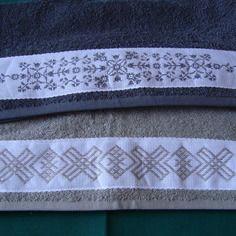 2 serviettes de toilette de couleur grises brodées