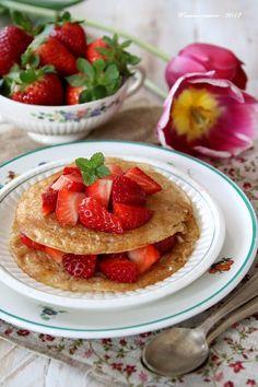 Pfannkuchen aus Reis (Gluten, Eiern und freier Laktose) mit Erdbeeren und Ahornsirup