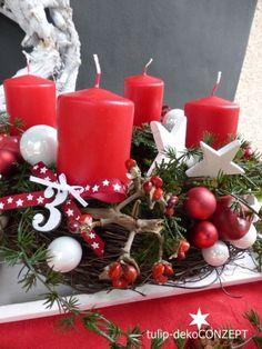 Adventskranz *Stern* in weiß/rot best. aus: Natur-Rebenkranz, arrangiert mit Deko-Erlengirlande. Dekoriert habe ich den Kranz mit Äpfeln, weiß/roten Spiegelbeeren, größere und kleinen Holzsterne...
