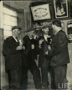 men with beer old photo - Поиск в Google Irish Drinking Songs, Old Irish, Irish Art, Images Of Ireland, Irish People, Erin Go Bragh, British Pub, Old Pub, Local Pubs