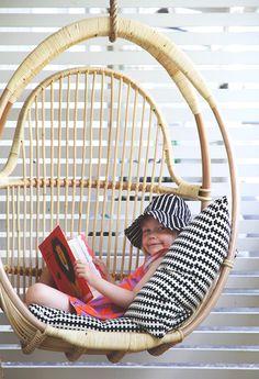 siiri korituolikeinussa hunaja parolan rottinki Pool Houses, Scandinavian Design, Hanging Chair, Exterior Design, Balcony, Ikea, New Homes, Cottage, Outdoors