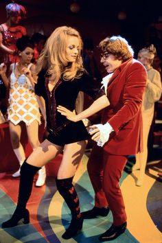 Heather Graham and Mike Myers as Felicity Shagwell and Austin Powers in Austin Powers: The Spy Who Shagged Me. Hallowen Costume, Couple Halloween Costumes, Disco Costume, Halloween 2020, Halloween Ideas, Austin Powers Costume, Zumba, Pier Paolo Pasolini, Heather Graham