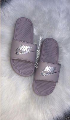 Diapositives Nike Benassi   Etsy Vans Slides, Cute Slides, Nike Benassi Slides, Kicks Shoes, Flat Shoes, Glitter Nikes, Jordan Shoes Girls, Nike Slippers, Nike Sandals