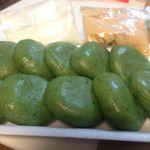 横浜小机・折本屋 「草だんご」  360円  きな粉と砂糖が付いてます。美味しい(⌒▽⌒)