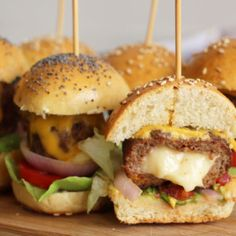 Authentic How To Make Mini Hamburgers - Finger Food Video Recipe, , Cold Finger Foods, Party Finger Foods, Snacks Für Party, Appetizers For Party, Easy Snacks, Mini Hamburgers, Mini Burger Buns, Hamburger Meat Recipes, Burger Recipes