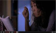 """Cristina Yang (Sandra Oh) leyendo una revista cientñifica mientras desayuna (Fuente: capítulo 6x11 de """"Anatomía de Grey"""")"""