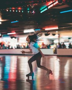 Roller Derby, Disco Roller Skating, Retro Roller Skates, Roller Rink, Roller Disco, Roller Blading, Skate Photos, Skate Party, Body Poses