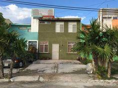 Casa en venta de 3 recámaras, un estudio o área de tv, 2 baños, sala, comedor, cocina, área de lavado, patio trasero, estacionamiento para dos autos. Excelente ubicación entre Cancún y Playa del Carm