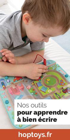 L'apprentissage de l'écriture commence très tôt dans le vie d'un enfant. En effet, dès l'âge d'un an l'enfant sait tenir un crayon et gribouiller sur une feuille et cela correspond aux prémices de l'écriture. Ces premiers pas correspondent au graphisme, une étape nécessaire dans l'acquisition de l'écriture. Alors pour préparer les enfants à l'écriture ou bien l'encourager dans cet apprentissage, découvrez notre matériel spécial graphisme et écriture dans cette sélection. Kindergarten Interior, Acquisition, Aide, Kids Rugs, Logo, Classroom Management, Homework, Learning, Logos