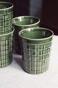Vintage retro kubki z fabryki porcelany PRUSZKÓW. Kubki są w kolorze zielonym, szkliwo mocne i nie spękane. Kształt lekko rozszerzany ku górze. Wymiary: wysokość 10 cm obwód na górze 27 cm