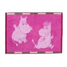 Den färgglada Mumin rutor handduk kommer från Finlayson och har ett härligt mönster med Mumintrollet och Snorkfröken från Tove Janssons älskade berättelser om Mumindalen. Handduken är gjord av mjuk bomull som känns väldigt skönt för händerna. Nya handdukar är också ett enkelt sätt att uppdatera sitt badrum. Kombinera med andra badtextilier från finska Finlayson!
