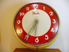 horloge pendule vintage made in France années 60 rouge crème décor cuisine