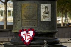 "A photograph of Britain's Princess Diana is displayed on the ""Flame of Liberty"" statue near the Pont de l'Alma in Paris August 31, 2012. People left flowers and messages near the statue to mark the 15th anniversary of the death of Princess Diana. REUTERS/Gonzalo Fuentes (FRANCE - Tags: ANNIVERSARY ROYALS SOCIETY)"