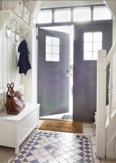 White walls and glass door panels create sunny spacious entry hall Hallway Inspiration, Interior Inspiration, Floor Design, House Design, Architecture Design, Entry Hallway, Entry Tile, Entrance Doors, Interiores Design
