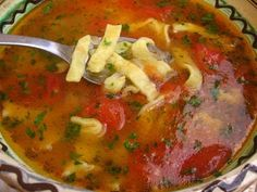 Ciorba cu taitei de casa Romanian Food, Romanian Recipes, Italian Cooking, Russian Recipes, Chowder, Food Photography, Bacon, Curry, Food And Drink