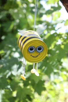 Bee crafts Bumble bee craft Tin can crafts Tin can art Crafts Painted tin cans - Make this DIY Bee Craft using upcycled tin cans spray paint and a few simple supplies for a cut hanging tin can - Tin Can Crafts, Bee Crafts, Garden Crafts, Diy Garden Decor, Diy And Crafts, Crafts For Kids, Arts And Crafts, Crafts With Tin Cans, Diy Cans