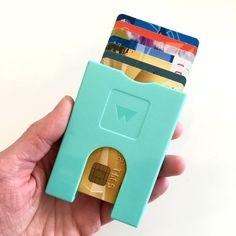 De Walter Wallet, een praktische portemonnee waarmee je gemakkelijk in één snelle schuifbeweging de juiste kaart kunt vinden + apart vakje voor briefgeld. Super handig voor de vakantie, festivals of het strand! #walterwallet #portemonnee #swipe #click #play #wijzijnfan #praktisch #overzichtelijk #geld #moneymoney #dutchdesign #duurzaam #recyclebaar #design #designblogger #conceptstore #love #weidesign #weidesignandmore #hipshops #hipshopshaarlem #haarlem #webshop #online